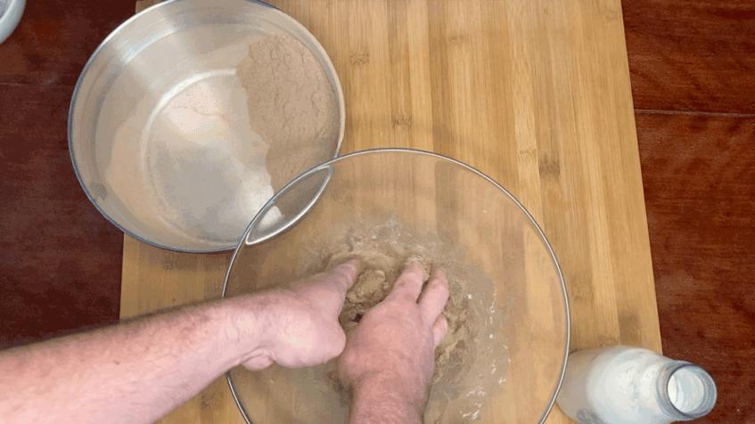 Verkneten der Holzmehl-Teig-Milchpampe
