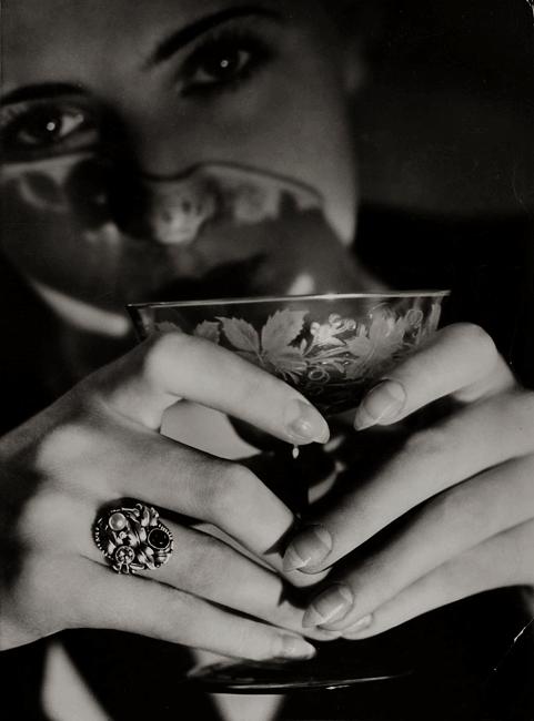 Modell mit Weinglas