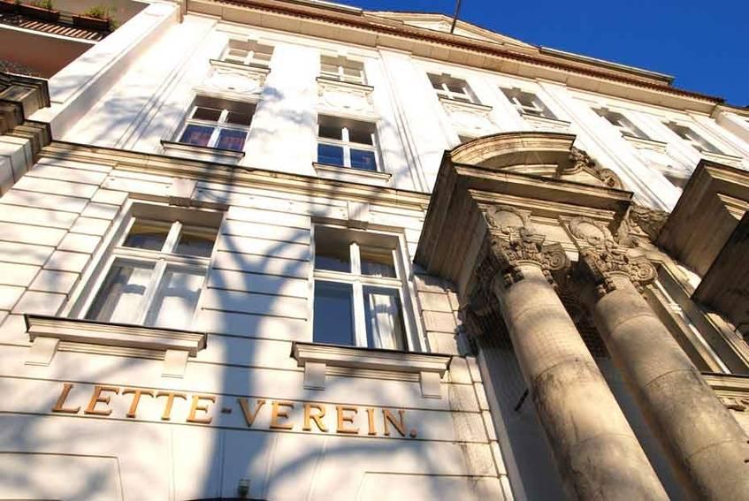 Haupteingang Schulhaus mit Viktoria-Luise-Platz, Foto: Lette Verein Berlin