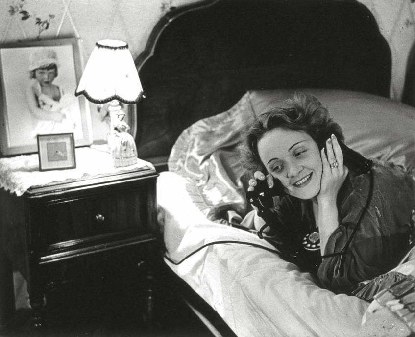 Erich Salomon, Marlene Dietrich telefoniert aus Hollywood mit ihrer Tochter in Berlin, 1930, Berlinische Galerie (CC0 1.0 Universell - Public Domain Dedication)