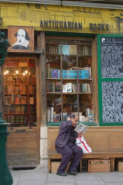 """""""Mann liest vor einem Antiquariat, bei der Kirche Notre Dame"""", Bild: Gerig, Uwe (Fotograf) (2006), Deutsche Fotothek"""