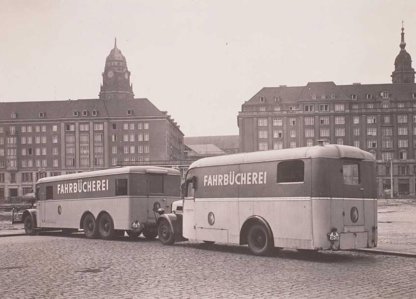 """""""Fahrbücherei der Stadt- und Bezirksbibliothek"""" (1959), SLUB Dresden / Deutsche Fotothek / Herbert Ludwig (Rechte vorbehalten - Freier Zugang)"""