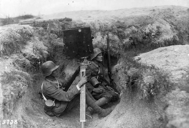 Deutscher Kamera-Operateur im Schützengraben an der Westfront, ca. 1917/1918. Bundesarchiv (Rechte vorbehalten – Freier Zugang)