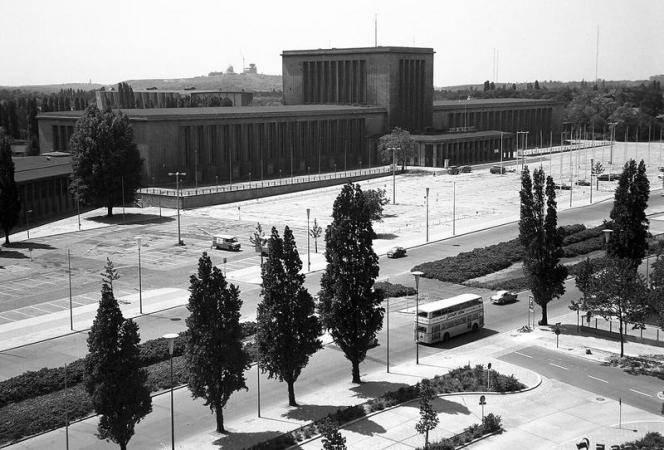 Berlin: Blick vom Hotel Bellevue auf Hammerskjöldplatz; Palais am Funkturm, Fotograf Willi Pragher, Landesarchiv Baden-Württemberg