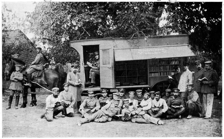 """""""Foto einer Gruppe Soldaten bei der Einweihung der ersten mobilen Feldbücherei"""" (ca. 1916), Landesarchiv Baden-Württemberg (CC BY 3.0 Deutschland)"""