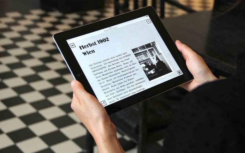 """""""Bewegte Jahre"""" auf dem Tablet: Der fiktive Reporter besucht die Wiener Werkstätte, CC BY-SA 4.0"""