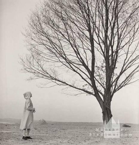 'Bare Tree', Modeaufnahme, Modell Sheela Chipman, Foto: Landshoff, Hermann (1946), © Münchner Stadtmuseum, Sammlung Fotografie, Archiv Landshoff