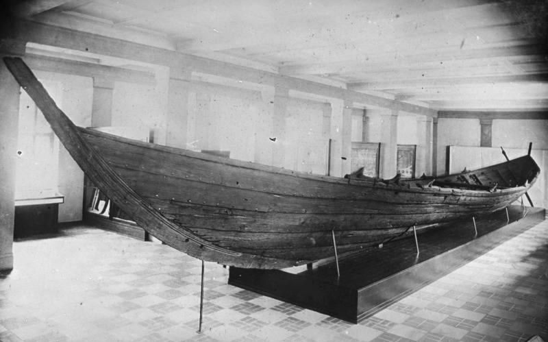 """""""Das Nydamboot im Saal des Museums Kiel. Aufn.: Museum Kiel"""", Nachlass von Ernst Wahle (1889-1981), Dt. Archäologe, Prof. in Heidelberg, Universitätsbibliothek Heidelberg (CC BY-SA 4.0 International)"""