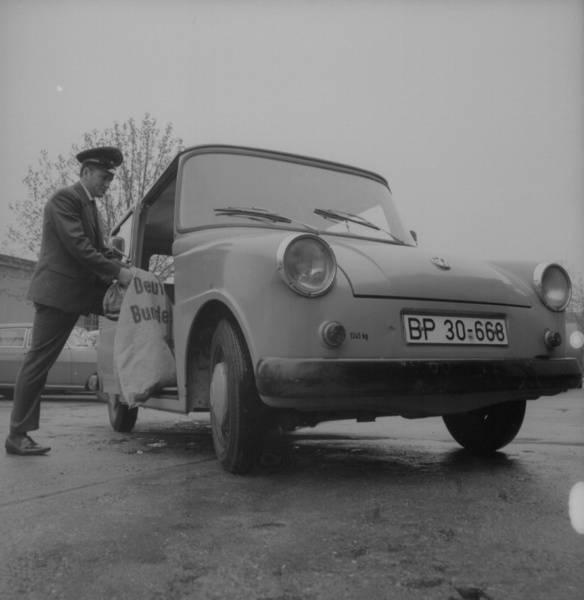 """Nach der Eisenbahn kam das Auto: """"Darmstadt. Postangestellter mit Postsack neben Fahrzeug der Deutschen Bundespost"""", Fotograf: Gustav Hildebrand (1969), SLUB Dresden/Deutsche Fotothek (Rechte vorbehalten - freier Zugang)"""