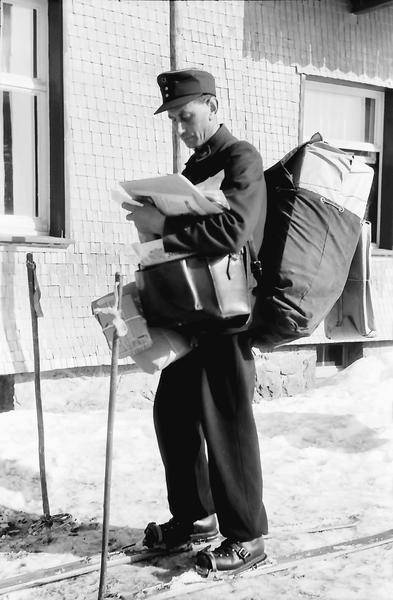 "Wenn nötig, wird die Post auch auf Skiern ausgetragen: ""Schauinsland: Burggraf; Briefträger mit Post"", Fotograf: Willy Pragher (1954), Landesarchiv Baden-Württemberg, Abt. Staatsarchiv Freiburg (CC BY 3.0 Deutschland)"