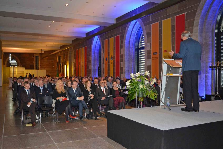 Gebhard Füßler, Vorsitzender des Gesamtpersonalrat des Landesarchivs Baden-Württemberg, vor den Gästen, Vorlage Landesarchiv Baden-Württemberg