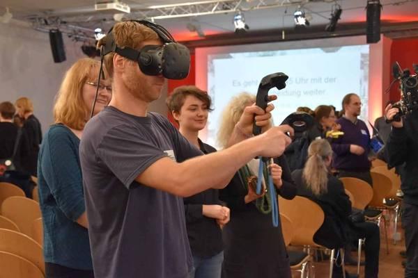 """Teilnehmer beim Ausprobieren der VR-Anwendung """"Skelex"""" (Preisverleihung Berlin 2017, Jüdisches Museum), Foto: Wiebke Hauschildt/Deutsche Digitale Bibliothek"""