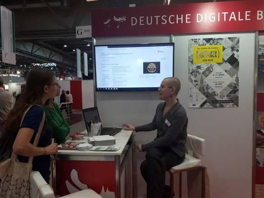 Sophie Rölle (Mediathek-Ton/Photographie, SLUB Dresden) im Gespräch an unserem Stand