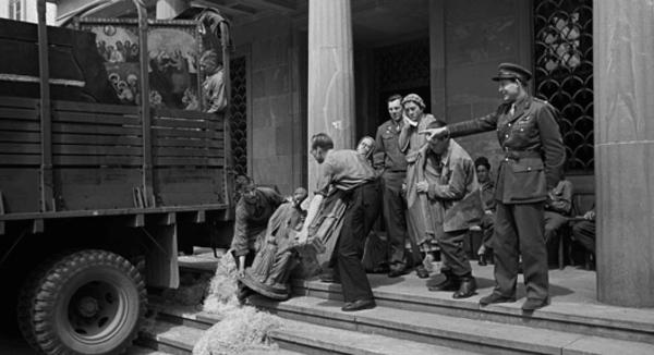 Mitarbeiter des CCP beladen einen Truck mit Objekten aus dem Rheinland vor dem Staatsarchiv, Frühsommer 1946, aus der Sammlung von: Deutsches Dokumentationszentrum für Kunstgeschichte – Bildarchiv Foto Marburg (Rechte vorbehalten - Freier Zugang)