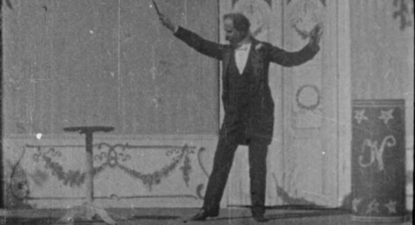 """Julius Neubronner zaubert"" (1904), DFF - Deutsches Filminstitut & Filmmuseum (Public Domain Mark 1.0)"