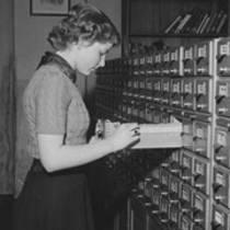 Bibliothekarin am Zettelkatalog der Deutschen Bücherei Bild: Rössing, Roger (Fotograf); Rössing, Renate (Fotograf) (1955) Deutsche Fotothek