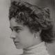 Porträt Elsa Heinrich mit Perlenohrring, aufgenommen im Atelier Niagara in Dresden